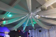 Décoration tentures plafond salle Aux Deux Colombes